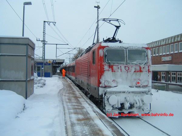 Große Schneemassen in Schleswig-Holstein sind eher selten. Am 11.März 2006 hatte das Bahn-Personal jedoch mit ordentlich Schnee zu kämpfen. Das Foto entstand im Bahnhof Elmshorn.