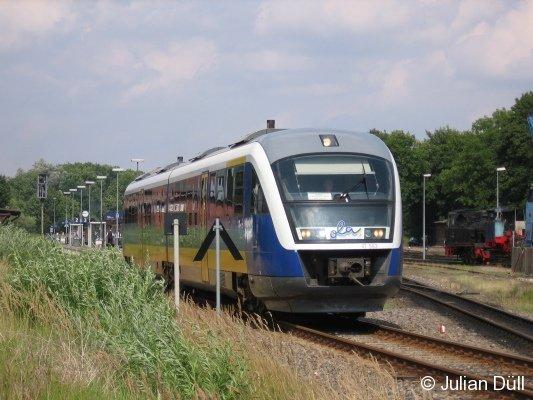 Der VT 563 der OLA verlässt am 14.08.2006 den Bahnhof Putbus (KBS 198) in Richtung Laterbach (Mole).