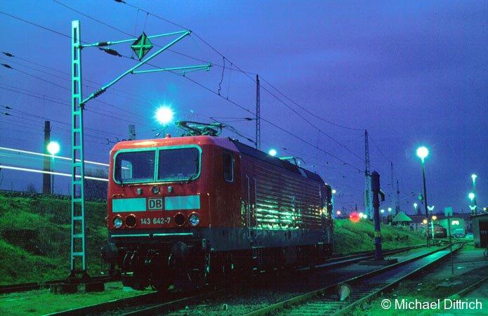 143 642 in blauer Stunde in Berlin-Lichtenberg