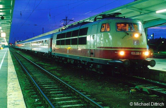 Als die 103 noch im Planeinsatz war, hatte die 103 235 am 28. Juli 2001 einen Sonderzug am Haken. Hier steht sie gerade in Berlin-Lichtenberg.
