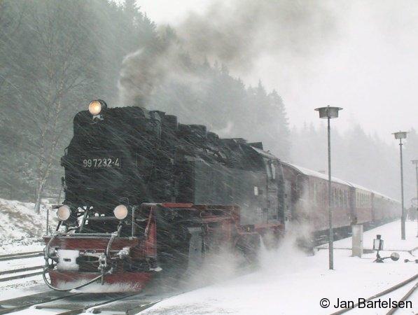 Die Dampflok 99 7232-4 der Harzer Schmalspurbahn kämpft sich durch den Schnee. Die Aufnahme entstand am 19.02.2002 bei Schneefall im Bahnhof Schierke.