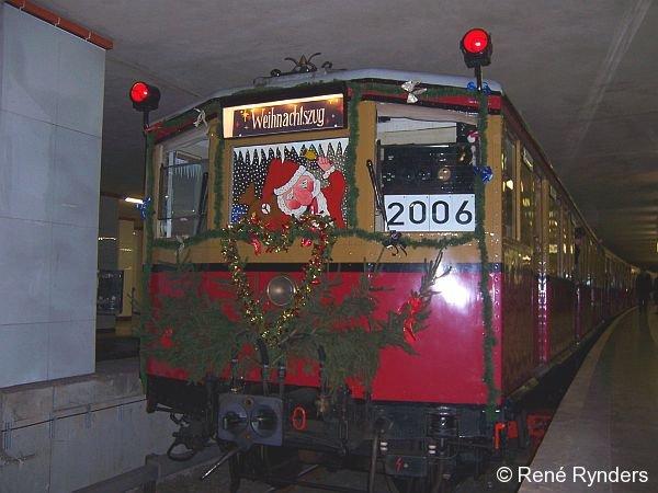 Der Weihnachtszug der Berliner S-Bahn wartet am 23.12.2006 im Bahnhof Potsdamer Platz auf seine Ausfahrt.