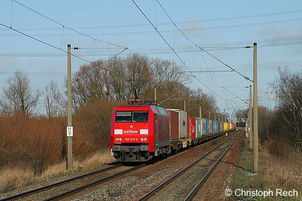 152 027 verlässt am 27. Januar 2007 mit einem Containerzug den Umschlagbahnhof Hamburg-Waltershof.