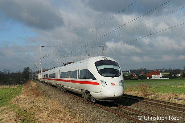 Ein ICE-T der zweiten Generation, 411 055, rauscht als ICE 1759 nach Dresden durch die Soester Börde.