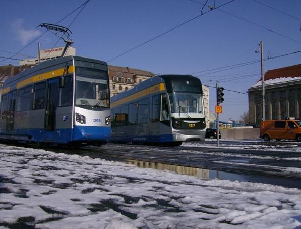 Leipzig an einem der letzten Schneetage in diesem Jahr Ende März. Hier zu sehen die Wagen 1305 und 1217 in unmittelbarer Nähe des Hauptbahnhofs und vor der Baustelle des City-Tunnels