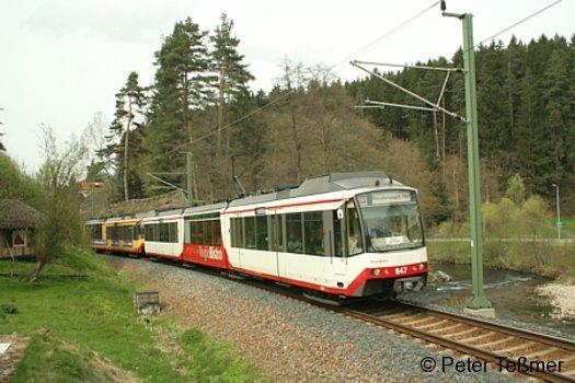 Ein Zug der Linie S41 der AVG im Murgtal bei der Einfahrt in den Bahnhof Röt am 1.5.2006
