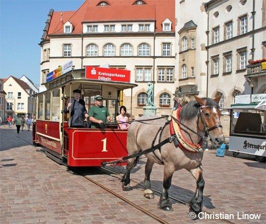 Fast wie zu Kaisers Zeiten: Seit dem 9. Juni dieses Jahres fährt die Pferdebahn in Döbeln wieder. Hier zu sehen der Eröffnungszug mit dem Meißner Wagen, der im Ursprung sogar elektrisch motorisiert war.