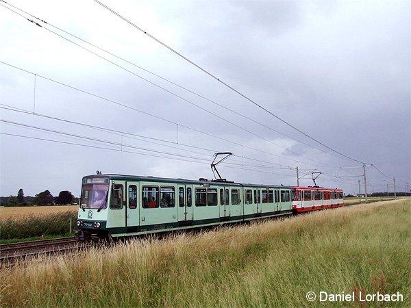 Im Rahmen einer Sonderfahrt befahren die Stadtbahnwagen B der Kölner Verkehrsbetriebe und der Stadtwerke Bonn zusammengekuppelt die Rheinuferbahn bei Uedorf. Im Planbetrieb sind nur Traktionen von KVB und SWB im Einsatz.