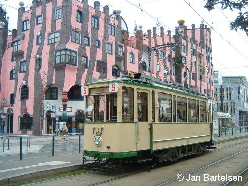 Der historische Triebwagen 124 der Magdeburger Straßenbahn auf einer Sonderfahrt am 3. Juni 2007 vor dem berühmten Hundertwasserhaus. Der Triebwagen wird durch die IG Nah (www.ignahmd.de) in professioneller Weise betreut und für Sonderfahrten bereitgestellt.