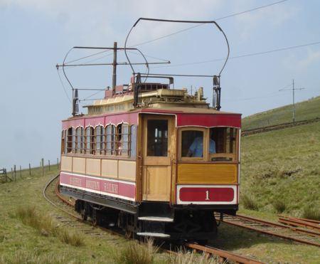 Wagen 1 der Snaefell Mountain Railways bei Einfahrt in die Station Bungalow talwärts. Der Snaefell ist der zweithöchte Berg Englands und befindet sich auf der Isle of Man, das europäische Straßenbahnparadies. (Juni 2007)