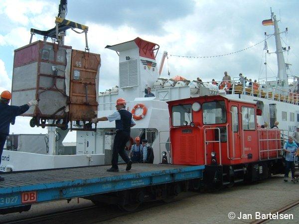 Güterverkehr auf einer Schmalspurbahn - das gibt es auch noch im Jahr 2007 bei der Deutschen Bahn AG: Auf der 1000mm-spurigen Inselbahn Wangerooge werden die Güter vom Schiff auf die Bahn verladen. Die Aufnahme entstand am Westanleger am 17.Juli 2007.