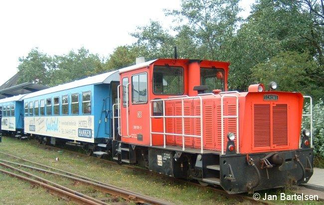 Passend zur Urlaubszeit ein Inselbahn-Foto: 399 108-0 der zur DB AG gehörenden Inselbahn Wangerooge am 20. Juli 2007 im Bahnhof Wangerooge.