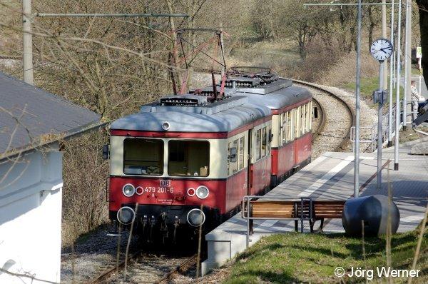 Triebwagen 479 201-6 der Oberweißbacher Berg- und Schwarzatalbahn am 11. April 2007 in Cursdorf.