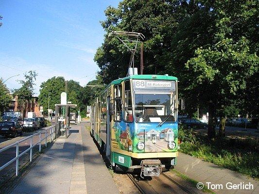 TW 21 der Schöneicher Rüdersdorfer Straßenbahn wartet am S-Bahnhof Friedrichshagen auf neue Fahrgäste. (02.08.07)