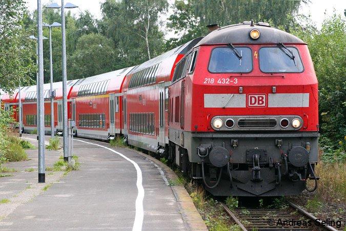 Dieses Bild wird bald schon Geschichte sein: BR 218 vor RE in Lübeck-Travemünde Strand.