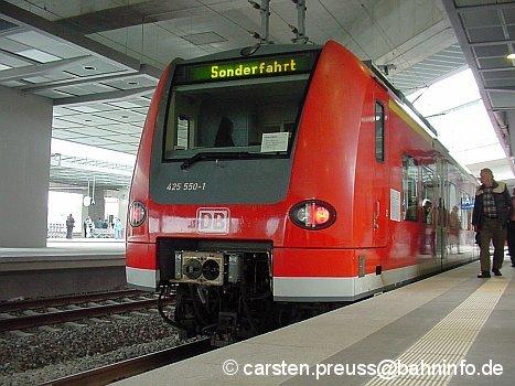 425 550 am 27. Mai 2006 im Rahmen der Eröffnungsfeierlichkeiten der drei neuen Berliner Fernbahnhöfe im Bahnhof Berlin-Südkreuz. Zwei Wochen später fuhr er im Ausseneinsatz während der Fußball-Weltmeisterschaft 2006 als provisorische
