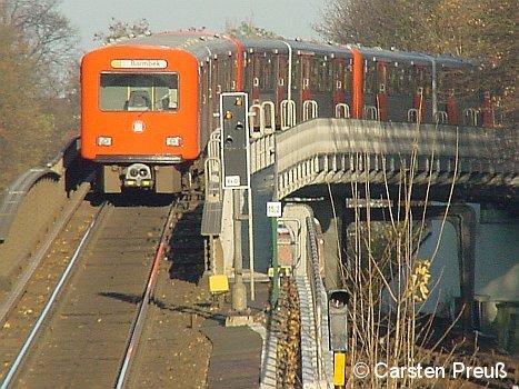 Zug der Hamburger Hochbahn auf der U3 zwischen Eppendorfer Baum und Kellinghusenstraße auf dem Überwerfungsbauwerk über die U1 am 25. November 2004