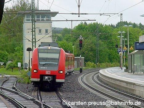 425 059 erreichte am trüben Nachmittag des 20. Mai 2006 Altenbeken, das unter Eisenbahnliebhabern bekannt ist für seinen Viadukt, der abends sogar angestrahlt wird. Etwas weiter auf der Strecke nach Paderborn befindet sich ein weiterer, etwas kleinerer Viadukt