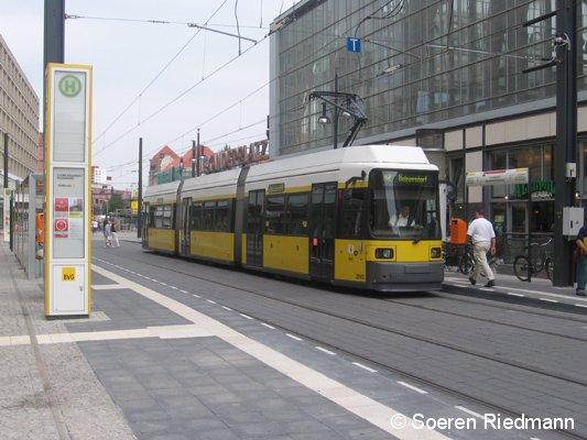 An der neuen Endstelle der Berliner Tramlinie M2, wartet der Zug 2045 auf seine Abfahrt Richtung Heinersdorf. (19.7.07)