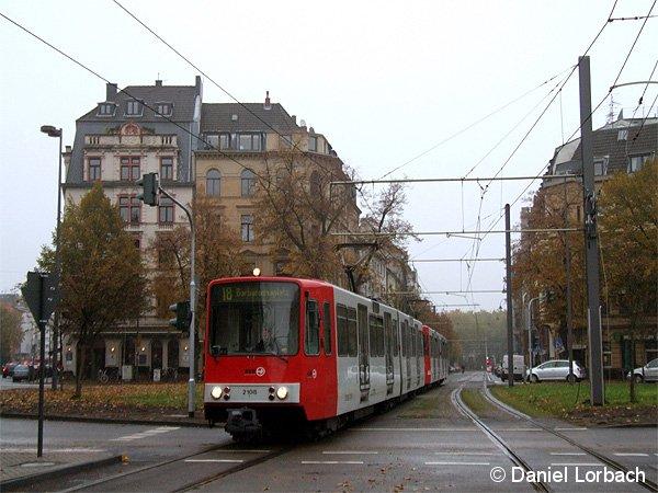 Während einer Baumaßnahme wurde die Kölner Linie 18 von Barbarossaplatz über die Strecke der Niederlurlinie 12 abgeleitet. Im Bild die Triebwagen 2108 und 2194 am Eifelplatz.