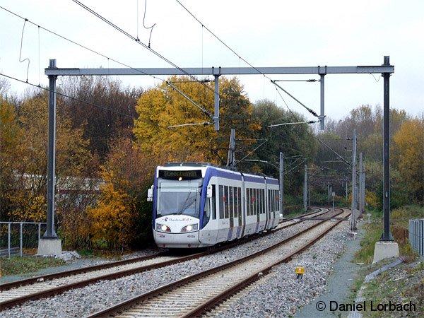 Triebwagen 4012 der niederländischen Betreibergesellschaft RandstadRail auf der ehemaligen Eisenbahnstrecke Zoetermeer - Den Haag.