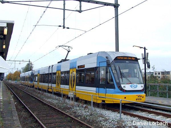 Auf der niederländische Strecke Alphen aan den Rheijn - Gouda werden Fahrzeuge vom Typ Flexity Swift eingesetzt, die z.B. in Köln als Stadtbahnwagen (K4000) eingesetzt werden. Im Bild haben die Triebwagen 6103 + 6102 den Endbahnhof Alphen aan den Rheijn erreicht.