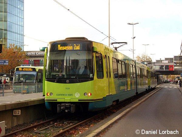 An der Endhaltestelle Utrecht CS wartet Triebwagen 5024 der Betreibergesellschaft connexxion auf seine Abfahrt nach Nieuwegein Zuid.