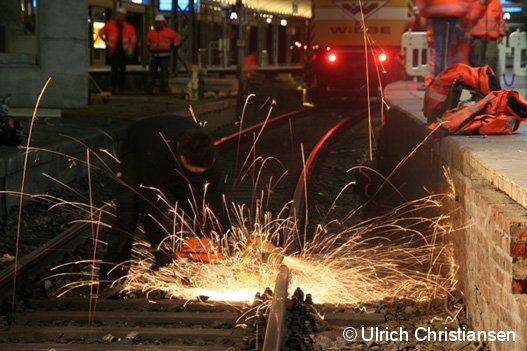 Ein Mitarbeiter der Firma WIEBE beim Trennen eines Schienenstrangs im Hamburger Hauptbahnhof. Maßnahme: Erneuerung der Gleisbrücke am Gleis 13 in der Nacht vom 20. auf den 21.10.2007
