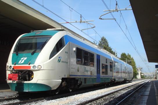 Ein moderner Elektrotriebwagen der Trenitalia (Baureihe ALe501) bei der Ankunft im toskanischen Chiusi-Chianchiano Terme. Der