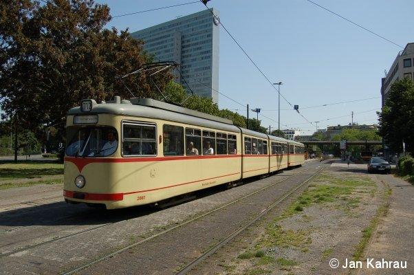 TW 2661, ein DÜWAG GT8 der Düsseldorfer Rheinbahn, verlässt mit seinem Beiwagen am 16.07.2007 als Linie 712 die Haltestelle