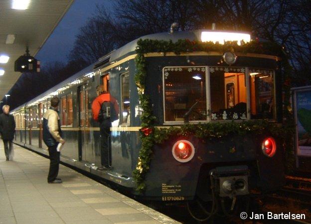 Mit dem Bild des diesjährigen Weihnachtszuges der Hamburger S-Bahn wünschen wir allen BahnInfo-Lesern ein frohes und gesegnetes Weihnachtsfest! Ihr BahnInfo-Team (Die Aufnahme entstand im Bhf. Ohlsdorf)
