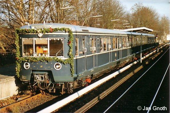 471 082 steht als Weihnachts-S-Bahn am 15.12.2007 in Bergedorf zur Abfahrt in die Hamburger Innenstadt bereit.