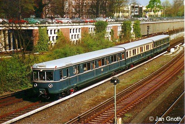 Der frisch restaurierte Museumszug 471 082 der S-Bahn Hamburg GmbH fährt am Tag der Pressevorstellung am 11.04.2007 in den Bahnhof Berliner Tor ein.