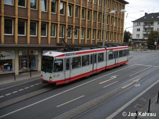 TW 340 der Bogestra (Bochum) aus einer etwas ungewöhnlichen Perspektive auf der Linie 310 am Rathaus in Witten.