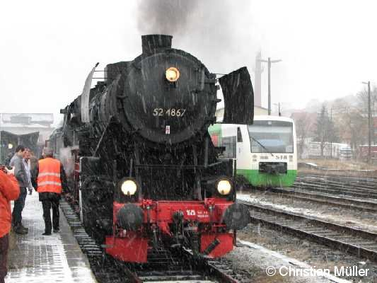 Güterzuglok 52 4867 am Bahnhof in Meiningen am 2.2.2008 . Im Bild rechts daneben ist ein