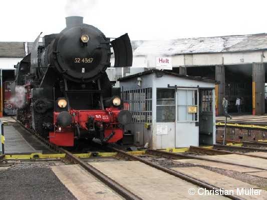 Güterzuglok 52 4867 auf der Drehscheibe des Eisenbahnmuseums Arnstadt (Thüringen) am 2.2.2008 .