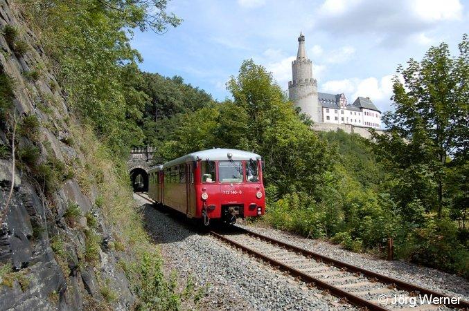 Am 18.August 2007 konnten 772 140/141 der Oberweißbacher Berg- und Schwarzatalbahn während einer Sonderfahrt unterhalb der Weidaer Osterburg abgelichtet werden.