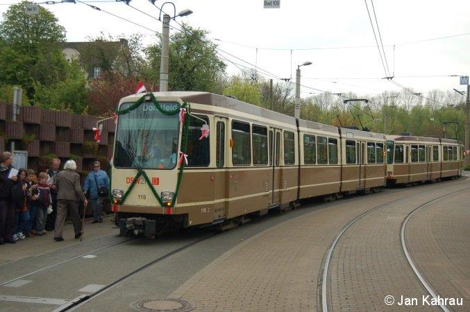 Zu sehen ist TW 115 der Dortmunder Stadtwerke, welcher (in Traktion mit TW 119) als letzter Straßenbahnzug die oberirdische Strecke zwischen Westentor und Reinoldikirche befuhr. Entstanden ist das Bild am Tage der Einstellung, 26.04.2008, an der Endhaltestelle der Linie 403,