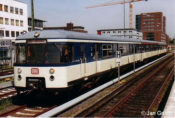 470 128 am Tag der Pressevorstellung am 2. Mai 2005 in Poppenbüttel. Am 8. Mai 2005 wurde das Fahrzeug mit einer S-Bahn Gesamtnetz-Rundfahrt der Öffentlichkeit vorgestellt. Am 17. Juni 2006 wurde das Fahrzeug aufgrund abgelaufener Frist abgestellt, seitdem wird die erneute Inbetriebnahme dieses Fahrzeuges vorbereitet.