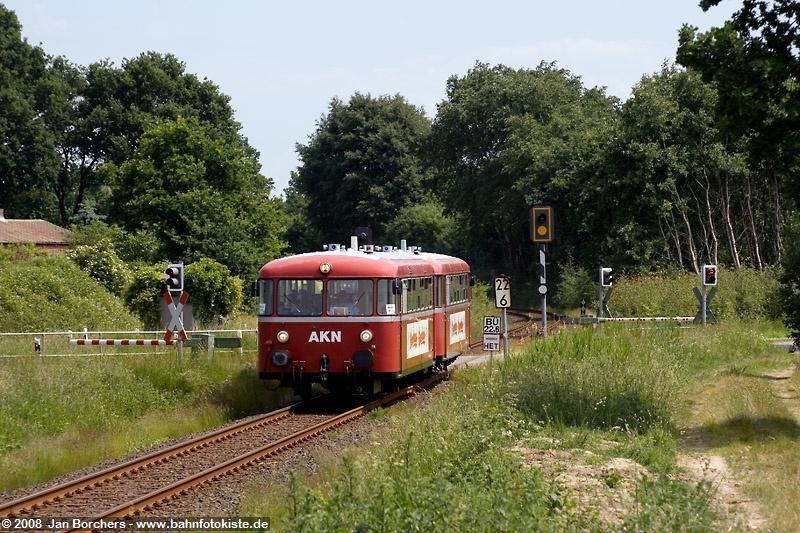 VT3.08 der AKN passiert am 07. Juni 2008 nördlich von Hamburg einen Bahnübergang zwischen Henstedt-Ulzburg und Alveslohe auf der Fahrt nach Barmstedt. Nachdem 1973 hier der Personenverkehr endete und auch viele Jahre kein Güterverkehr auf dieser Verbindung stattfand, wurde die seither nur zu Überführungsfahrten genutzte Verbindung Ulzburg - Barmstedt nach Schließung der Werkstatt in Barmstedt 1992 wieder belebt und wird seit 1999 in der Regel im Stundentakt von der Linie A3 (Ulzburg - Elmshorn) befahren. Die Uerdinger VT3.08 und VT3.09 sind seit Herbst 1993 Museumsfahrzeuge der AKN.