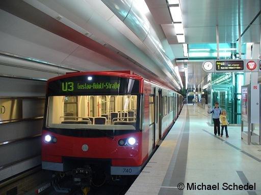 Ein Zug der am 14.06.2008 eröffneten vollautomatischen Nürnberger U-Bahn-Linie U3 am Bf. Maxfeld.