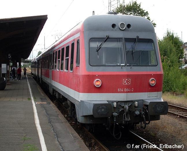 Der Dieseltriebzug 614 084-2 steht am 07.07.08 in Forchheim (Oberfranken) und wartet auf die nächste Abfahrt.