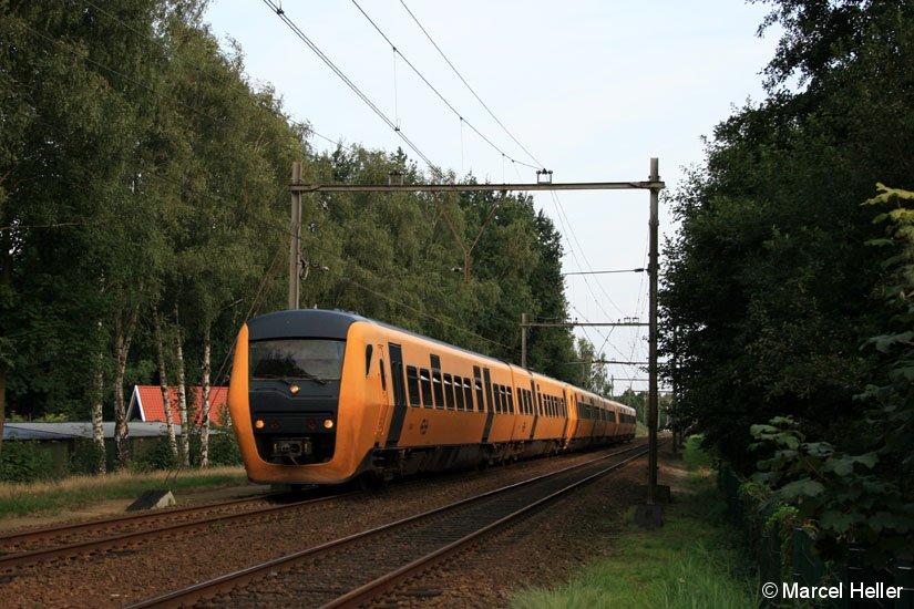 Triebzug der Baureihe DM ´90 (3425 an der Front) am 09.08.2008 kurz vor dem Bahnhof Borne.