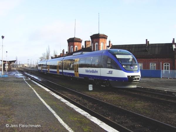Seit dem 10.12.2006 fährt statt DB Regio die Niederbarnimer Eisenbahn (NEB) auf dem als Oderlandbahn getauften Abschnitt der Ostbahn zwischen Berlin-Lichtenberg und Kostrzyn (Küstrin). Das Foto zeigt VT 737 (Talent BR 643-800) am ersten Einsatztag im Bahnhof Kostrzyn kurz vor der Rückfahrt nach Berlin.