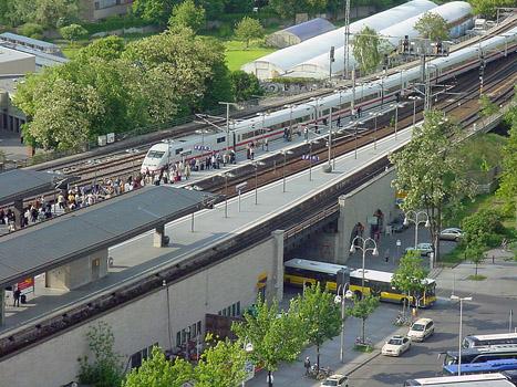 Einer der letzten am Bahnhof Zoologischen Garten in Berlin haltenden ICE im Mai 2006 vor Eröffnung des neuen Hauptbahnhofes und damit verbundener