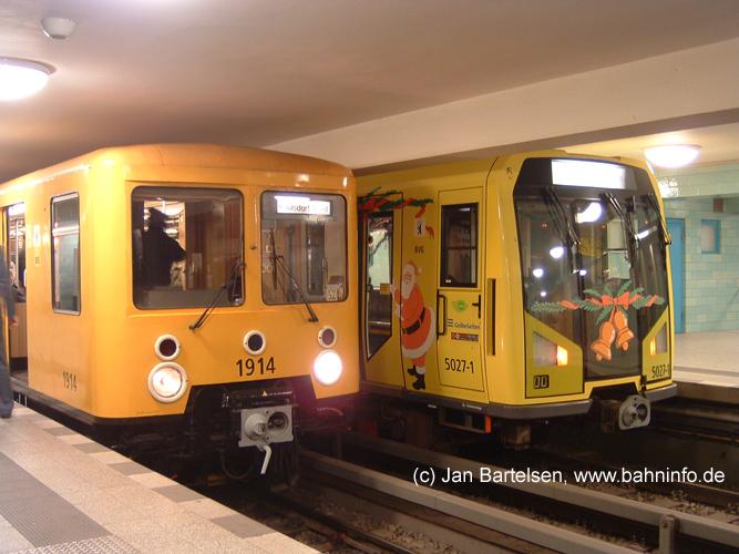 Weihnachtszeit bei der Berliner U-Bahn: Das Foto vom 16.12.2007 zeigt den historischen E-III-Zug 1914 neben dem weihnachtlich geschmückten H-Zug 5027 im U-Bhf. Alexanderplatz (U5).