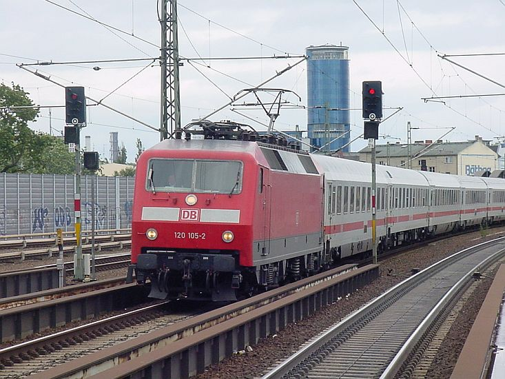 120 105 mit einem EC Richtung Hamburg während der Einfahrt in Berlin-Spandau am 13. Juli 2004