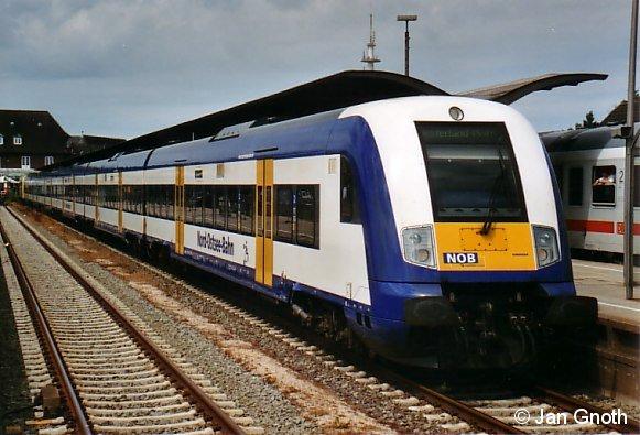 Ein Marschbahnzug der Nord-Ostsee-Bahn mit Steuerwagen voran im Juli 2008 in Westerland.