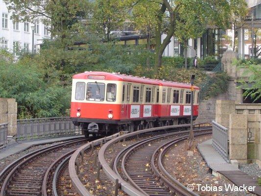 Der Gesellschafts-Zug DT1 Hanseat der Hamburger U-Bahn (am 19. Oktober 2008) beim Verkehrshistorischen Tag in Hamburg. Hier bei der Einfahrt in die Haltestelle Landungsbrücken.