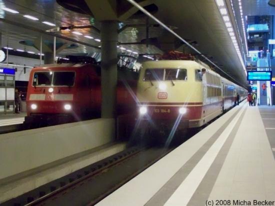 BR120 als InterCity und BR103 als Trans Europ Express (TEE) Rheingold im Berliner Hauptbahnhof zur Weiterfahrt nach Koblenz.